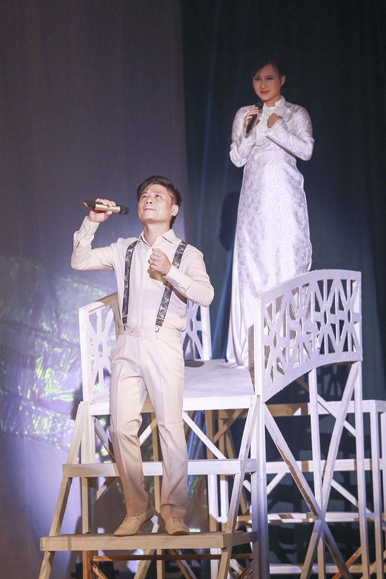 Tấn Minh ngoài vai trò đạo diễn chương trình, anh còn thể hiện ca khúc Bên dòng sông cái...