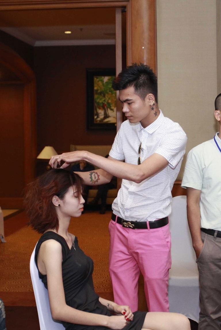 Thí sinh kiểm tra chất tóc của người mẫu