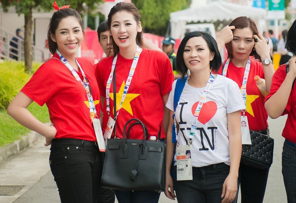 Á hậu Tú Anh, Hoa hậu Thu Thảo cổ vũ đội tuyển U23 Việt Nam