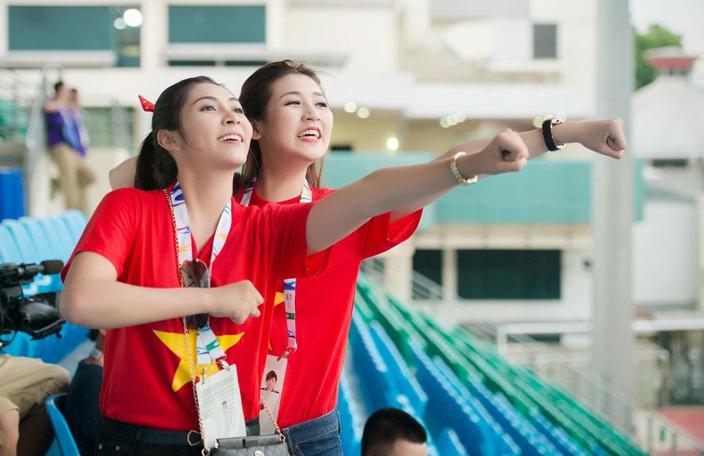 Hoa hậu Đại Dương Đặng Thu Thảo và Á hậu Tú Anh đầy nhiệt huyết trước trận đấu