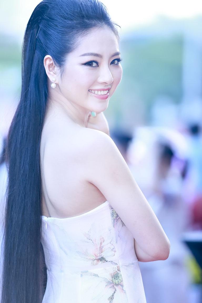 Điểm khác biệt và vô cùng ấn tượng ở người đẹp này còn là cô sở hữu mái tóc dài đen mượt