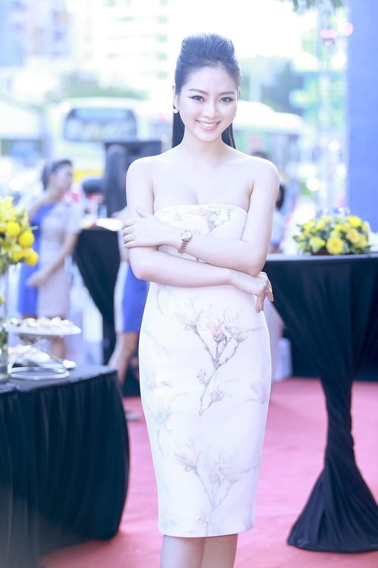 Hoa hậu Ngọc Anh khoe đường cong đầy quyến rũ