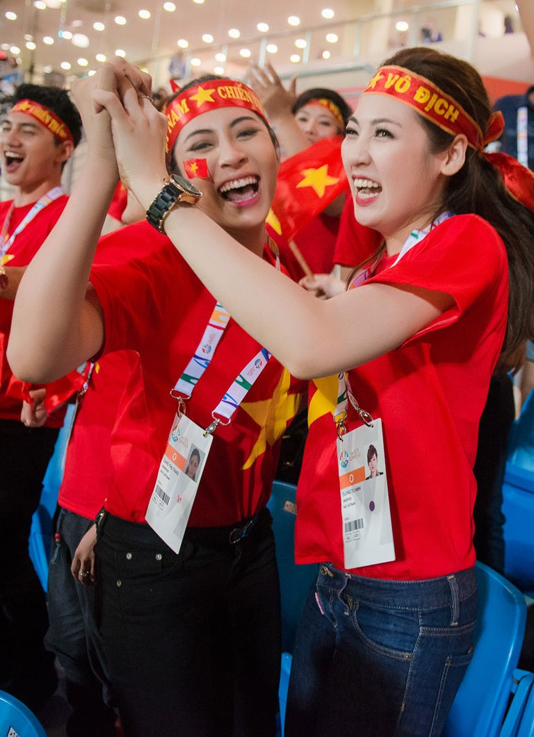 và phấn khích reo hò trước bàn thắng của cầu thủ Thanh Hiền