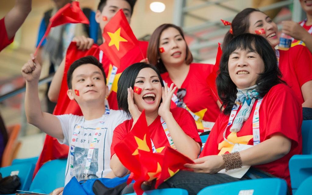 Nữ ca sĩ hò hét cổ vũ và sung sướng trước bàn thắng của đội tuyển Việt Nam