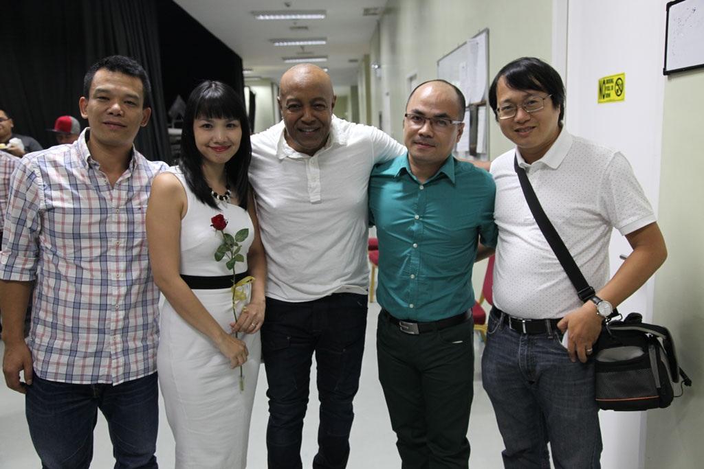 Cuộc gặp gỡ mới đây giữa nam danh ca nổi tiếng thế giới và ê kíp tổ chức chương trình tại Việt Nam