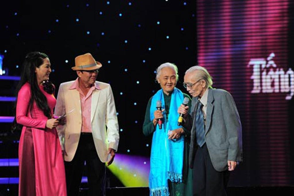 Nhạc sĩ Phan Huỳnh Điểu (ngoài cùng bên phải) tại cuộc thi Tiếng hát mãi xanh