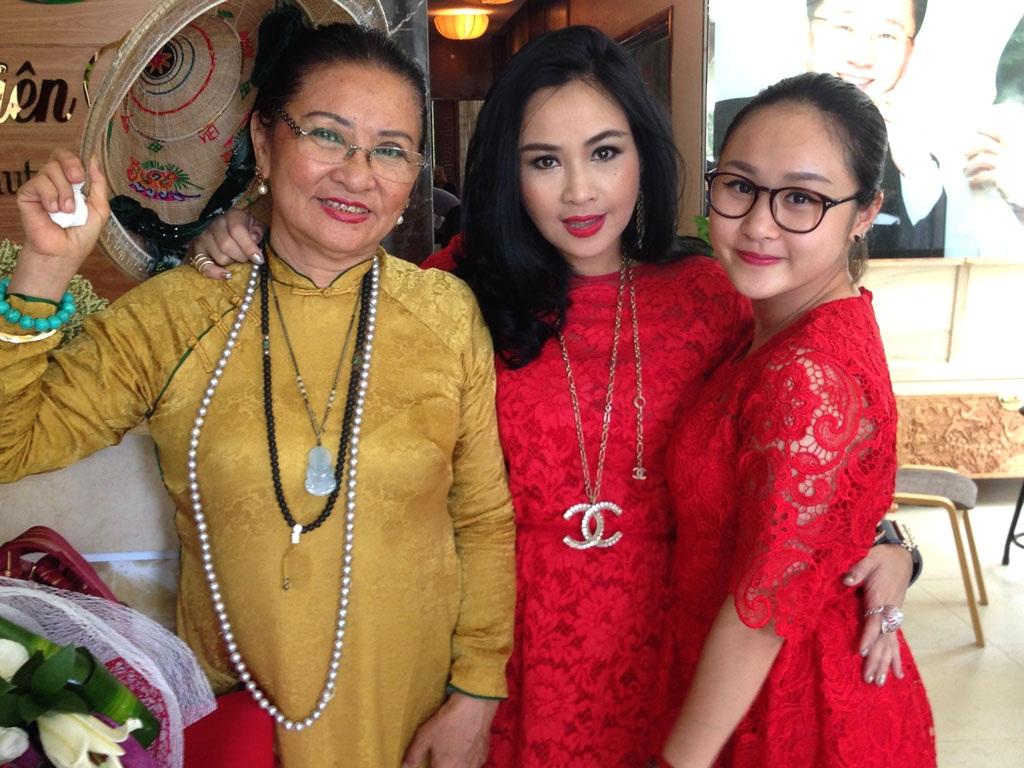 Thanh Lam và con gái nổi bật với váy ren đỏ