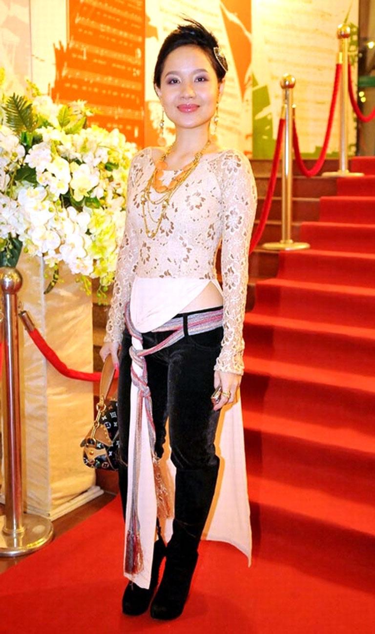 Ca sĩ- nhạc sĩ Mai Khôi với tà áo dài cách điệu có một không hai