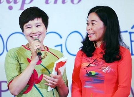 """Nhà thơ Nguyễn Phan Quế Mai (bên phải) trong ngày ra mắt tập thơ """"Tổ quốc gọi tên mình""""."""