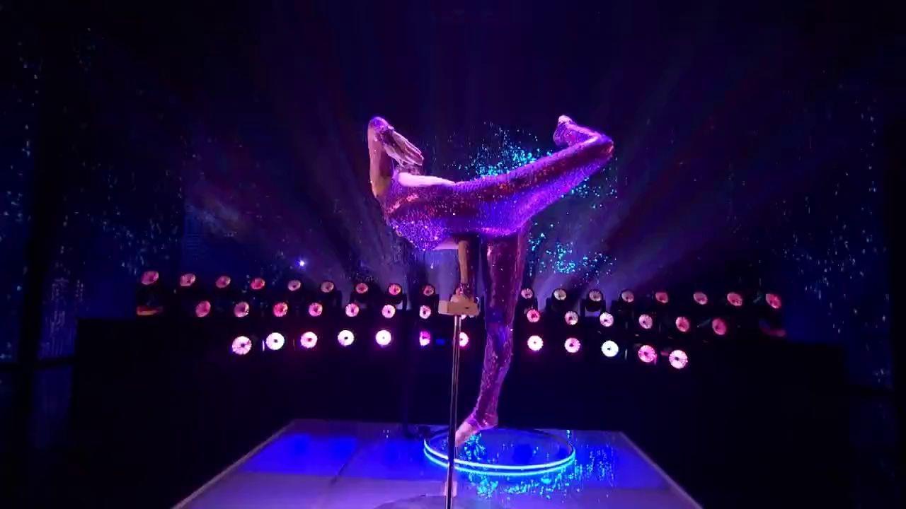 Tất cả các phần thi của đêm chung kết đều được giám khảo đứng lên vỗ tay tán thưởng.