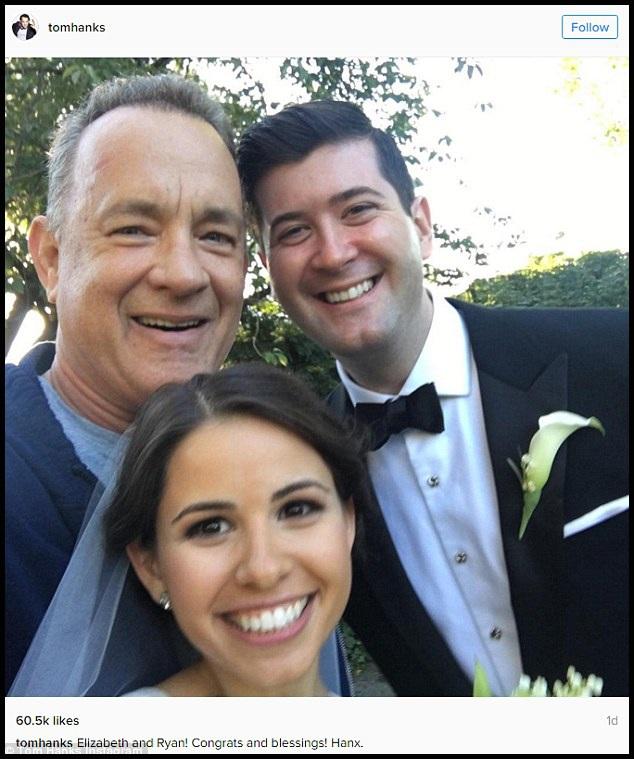 """Hôn lễ giản dị của cặp đôi Elisabeth và Ryan diễn ra trong công viên Central Park, New York, đã bất ngờ chào đón một vị khách đặc biệt - nam tài tử Tom Hanks. Ông đã chủ động tiến lại làm quen với cặp vợ chồng và đề nghị được chụp ảnh """"tự sướng"""" cùng họ. Bức ảnh được Tom Hanks đăng tải trên trang cá nhân đã nhận được 64.000 lượt like."""