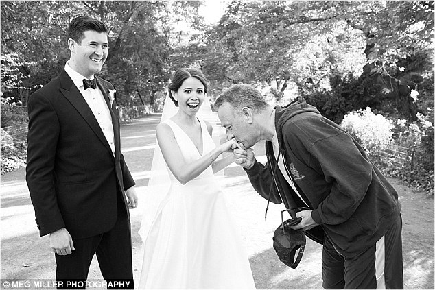 Cặp đôi Ryan và Elisabeth đang chụp hình kỷ niệm ngày cưới trong công viên, thì Tom Hanks chạy bộ ngang qua vào dịp cuối tuần qua, ông đã quyết định tiến lại và tự giới thiệu bản thân mình, ông chúc cặp đôi những điều tốt đẹp và cùng với họ chụp những bức ảnh lưu niệm.