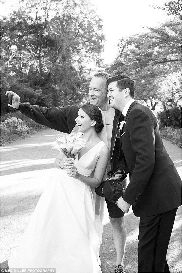 Sự xuất hiện của tài tử Tom Hanks chính là chi tiết điểm nhấn bất ngờ cho buổi chụp hình của cặp đôi mới cưới.