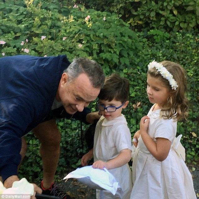 Tom Hanks thậm chí còn dành thời gian để gặp gỡ cậu bé mang nhẫn và cô bé tung hoa. Hai cô bé - cậu bé này thì tuyệt nhiên không biết Tom Hanks là ai.