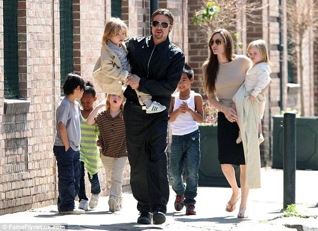 Hiện tại, cặp đôi vàng một thuở của Hollywood - Angelina Jolie và Brad Pitt - đang chuẩn bị cho việc tiến hành các thủ tục ly hôn, trong đó, việc giành quyền nuôi con được cho là hạng mục gay go nhất trong quá trình thương lượng giữa hai bên.