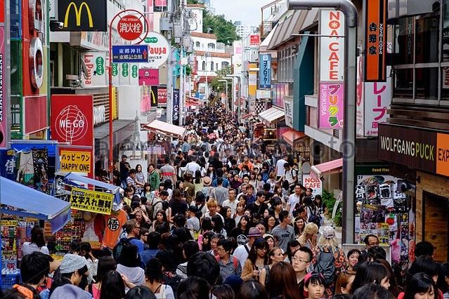 Những đường phố đông đúc như thế này đã trở thành một phần của cuộc sống thường nhật ở các thành phố lớn của Nhật Bản. Trong ảnh là phố Takeshita ở khu Harajuku, Tokyo.