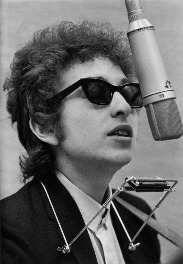 Bob Dylan là một nghệ sĩ đặc biệt đa tài, không chỉ là một ca sĩ - nhạc sĩ thành công, ông còn là một họa sĩ, một diễn viên, biên kịch…