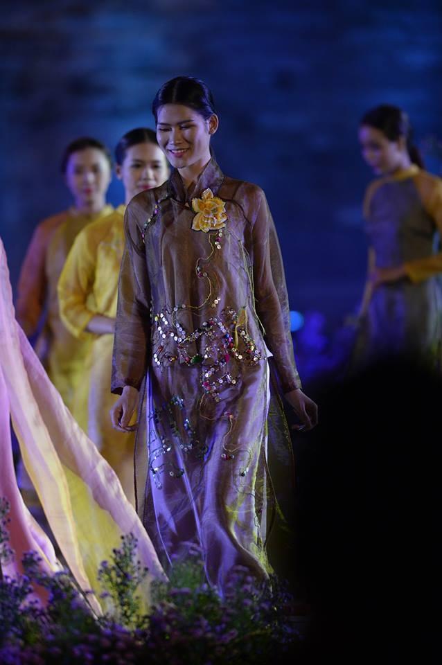 Duyên dáng hình ảnh tà áo truyền thống Việt trong đêm khai mạc - 7
