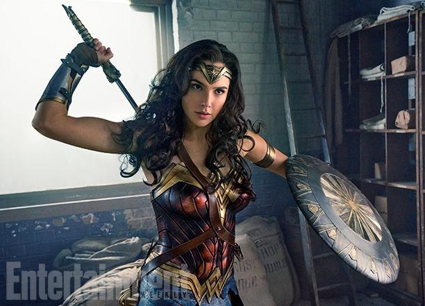 """Nữ diễn viên Gal Gadot (31 tuổi) lần đầu tiên vào vai Wonder Woman trong bộ phim điện ảnh đình đám """"Batman v. Superman: Dawn of Justice"""" (Batman đại chiến Superman: Ánh sáng công lý - 2016)."""