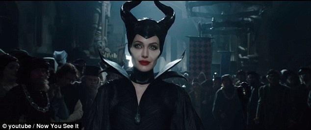 """Trong phiên bản hoạt hình """"live-action"""" - """"Maleficent"""" (Tiên hắc ám - 2014), nhân vật tiên hắc ám với diễn xuất của Angelina Jolie vẫn được tạo hình với xương gò má nhô cao, nhọn, xương hàm góc cạnh và đường chân mày sắc lẹm."""