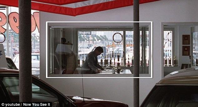 """Các nhà làm phim thường tinh ý đưa thêm yếu tố hình học vào các khuôn hình. Khi xuất hiện khung hình vuông hoặc chữ nhật lồng trong khuôn hình, điều đó thường ám chỉ rằng nhân vật đang mắc kẹt trong một tình huống bế tắc. Trong ảnh là một cảnh phim của """"Fargo"""" (1996)."""