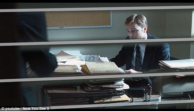 """Khi những sọc ngang, sọc dọc xuất hiện trong khuôn hình, chắn cảnh, điều đó cho thấy nhân vật đang bị mắc kẹt trong cuộc sống của chính mình, trong ảnh là một cảnh phim """"Catch Me If You Can"""" (Hãy bắt tôi nếu có thể - 2002)."""