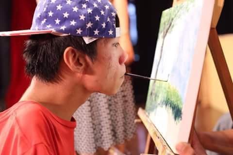 Lê Minh Châu vẽ tranh bằng miệng