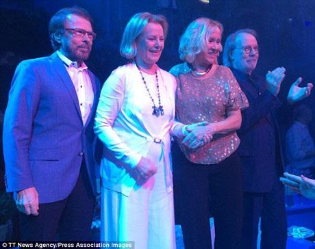 """ABBA cùng biểu diễn trên sân khấu vào dịp đầu tháng 6. Đây là lần đầu tiên sau 30 năm, họ cùng đứng chung trên một sân khấu. Từ trái sang phải lần lượt là các thành viên Björn Ulvaeus, Anni-Frid """"Frida"""" Lyngstad, Agnetha Faltskog và Benny Andersson."""