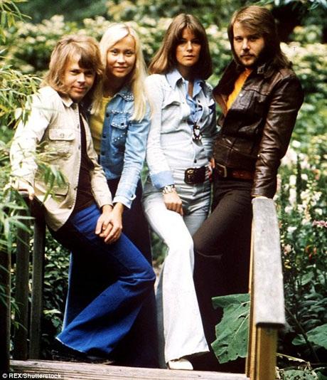 Agnetha và chồng - Bjorn (cặp đôi trái), cùng Anni-Frid và Benny (cặp đôi phải) hồi năm 1975. 4 người họ đã tạo nên một ban nhạc ABBA huyền thoại.