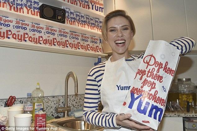 Scarlett Johansson trông rất rạng rỡ khi phục vụ bỏng ngô trong ngày đầu tiệm nhỏ của cô đi vào hoạt động hồi tuần qua.