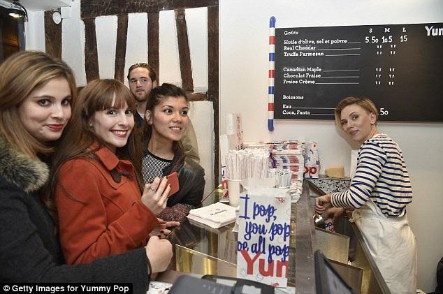 Minh tinh màn bạc đích thân phục vụ bỏng ngô cho khách hàng cũng chính là các fan hâm mộ của cô.