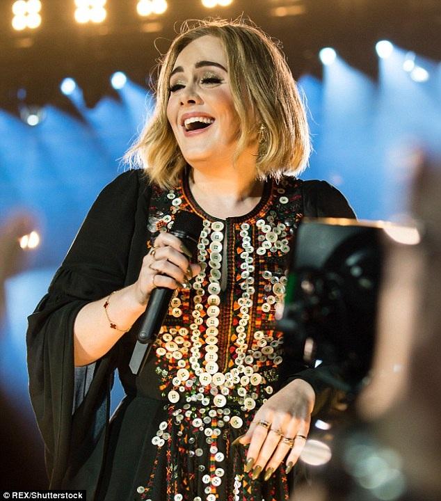 """Adele cho biết trong quãng thời gian giãn cách 4 năm giữa album """"21"""" và """"25"""", cô đã dành ra nhiều thời gian để chăm sóc con trai nhỏ. Mặc dù bị hội chứng trầm cảm sau sinh, nhưng Adele may mắn không gặp phải bất cứ khó khăn nào trong việc yêu thương, chăm sóc con."""