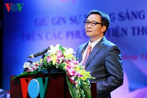 Phó Thủ tướng Vũ Đức Đam cho rằng: các cơ quan báo chí và đội ngũ nhà báo phải rèn kĩ năng để giữ gìn sự trong sáng đi đôi với phát triển, làm mới tiếng Việt.