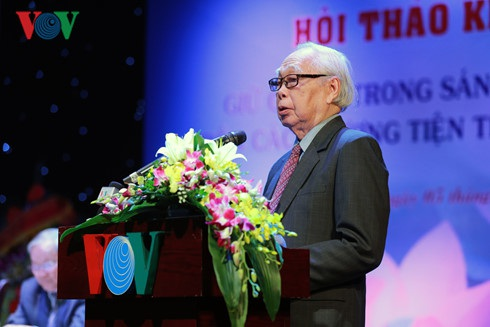 Nhà báo Phan Quang trình bày tham luận tại hội thảo.