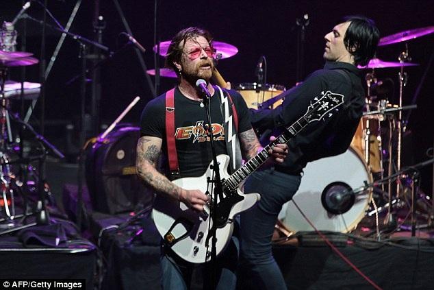 Hồi tháng 2 năm nay, thành viên Jesse Hughes của nhóm nhạc Eagles of Death Metal đã từng quay trở lại biểu diễn ở Paris trong đêm nhạc đặc biệt dành riêng cho những khán giả là những người đã sống sót sau vụ tấn công khủng bố.