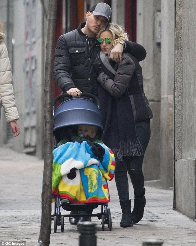 Michael Buble cùng vợ con xuất hiện trên đường phố Madrid, Tây Ban Nha hồi năm 2015.
