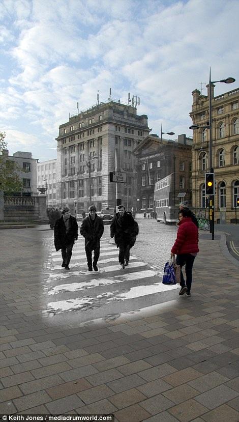 The Beatles bước đi trên quảng trường Derby hồi năm 1963. Hồi đầu thập niên 1960, dù The Beatles đã rất nổi tiếng tại Liverpool nhưng sẽ không có gì lạ lẫm khi người ta bắt gặp bốn ngôi sao đang lên xuất hiện trong thành phố như những thanh niên bình thường khác.