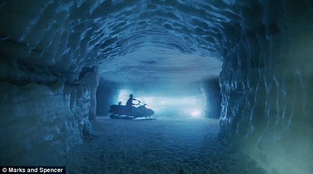 Bà Claus đi xuyên qua một đường hầm bằng xe trượt tuyết để tới chỗ đậu trực thăng.