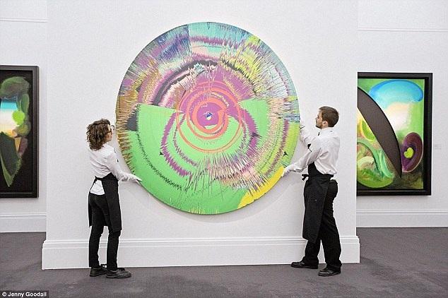 Trong số các tác phẩm nghệ thuật được đem rao bán đấu giá, có một bức tranh xoay được thực hiện bởi chính David Bowie và nghệ sĩ đương đại nổi tiếng của Anh - Damien Hirst. Tác phẩm đã đạt mức giá vượt dự kiến ban đầu, đạt mức 785.000 bảng (22 tỷ đồng).