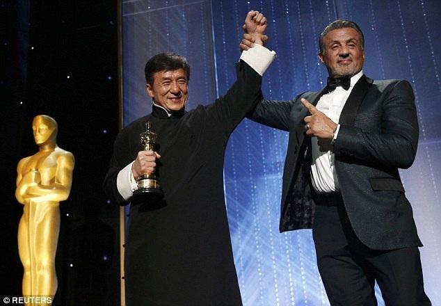 """Thành Long lên nhận giải thưởng Oscar danh dự. Người trao tượng vàng chính là ngôi sao của dòng phim hành động một thuở - nam diễn viên """"Rambo"""" Sylvester Stallone."""