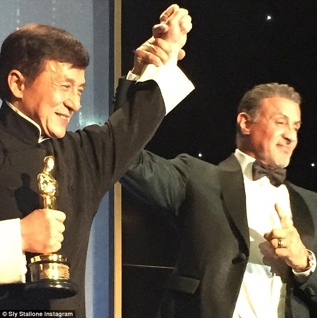 """Sau sự kiện, nam diễn viên Sylvester Stallone đã đăng tải lên trang cá nhân bức ảnh này cùng với lời bình: """"Thành Long thật tuyệt vời. Một nam diễn viên đẳng cấp. Hy vọng chúng ta sẽ có cơ hội làm việc cùng nhau trong tương lai! Chúng ta đều yêu thích công việc của mình… cho dù công viếc ấy khiến chúng ta nhiều phen đau đớn!""""."""