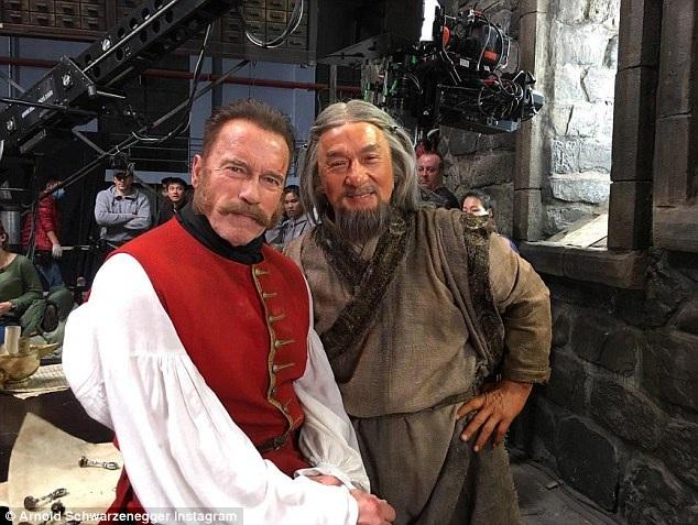 """Nam diễn viên """"Kẻ hủy diệt"""" - Arnold Schwarzenegger - cũng đăng tải trên trang cá nhân một bức ảnh chụp cùng với Thành Long ở hậu trường phim """"Around The World in 180 Days"""" (Vòng quanh thế giới trong 180 ngày - 2004) và chúc mừng người bạn diễn: """"Chúc mừng người bạn lớn của tôi - Thành Long trước niềm vui đặc biệt này. Sau 200 bộ phim, anh chắc chắn xứng đáng với giải Oscar. Anh luôn truyền cảm hứng""""."""