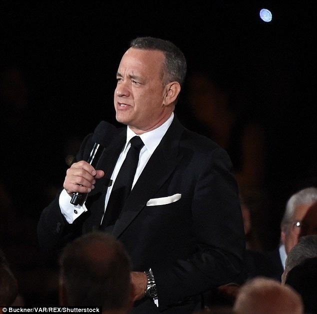 """Tài tử kỳ cựu Tom Hanks đã dành nhiều lời đẹp đẽ để nói về Thành Long tại lễ trao giải: """"Thành Long có trí tuệ thâm thúy của người phương Đông và kỷ luật của một võ sư đích thực""""."""