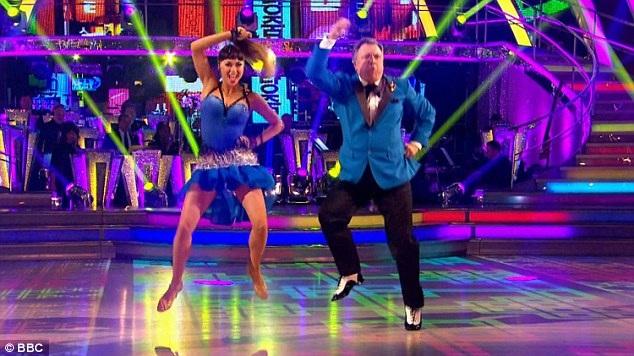 """Ngay khi giai điệu sôi động và vui nhộn của """"Gangnam Style"""" nổi lên, khán phòng đã ngập tràn phấn khích bởi sự bất ngờ. Thí sinh Ed Balls và bạn nhảy - nữ vũ công Katya Jones đã kết hợp điệu nhảy ngựa trong """"Gangnam Style"""" với vũ điệu salsa nóng bỏng."""