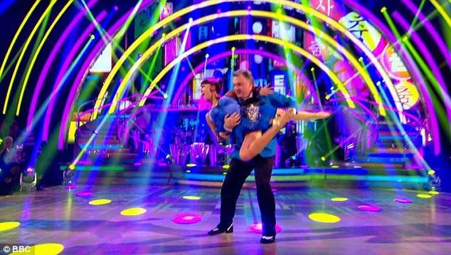 """Thí sinh Ed Balls đã không chỉ tái hiện điệu nhảy ngựa và hình ảnh của nam ca sĩ Hàn Quốc Psy mà còn thể hiện thành công vũ điệu salsa nóng bỏng dù bản thân vị chính trị gia 49 tuổi có thân hình không mấy """"nhẹ nhàng""""."""