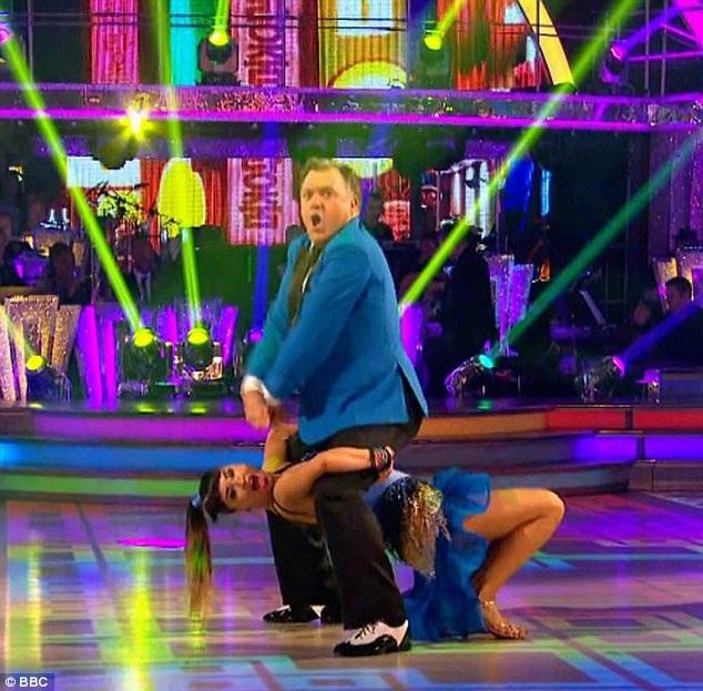 """Thí sinh Ed Balls đã không chỉ tái hiện điệu nhảy ngựa và hình ảnh của nam ca sĩ Hàn Quốc Psy mà còn thể hiện thành công vũ điệu salsa nóng bỏng dù bản thân vị chính trị gia 49 tuổi có thân hình không mấy """"nhẹ nhàng"""".Điệu nhảy trên nền nhạc """"Gangnam Style"""" của Ed Balls đã khiến người xem truyền hình Anh phát sốt."""