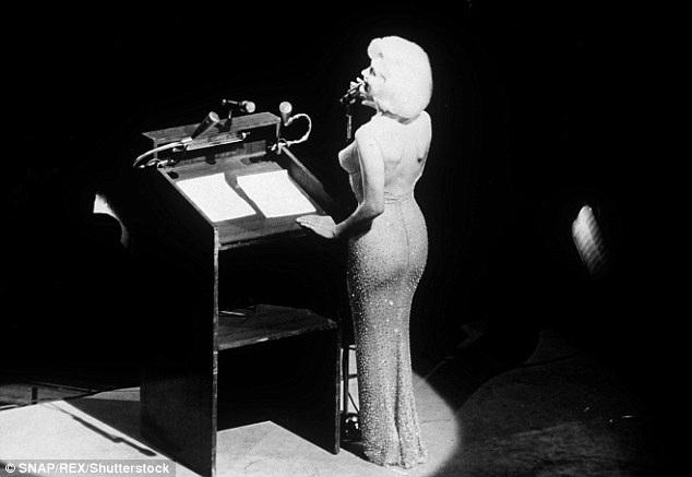 Một trong những khoảnh khắc trứ danh của cuộc đời Marilyn Monroe, đó là khi người đẹp hát mừng sinh nhật Tổng thống Mỹ John F. Kennedy.
