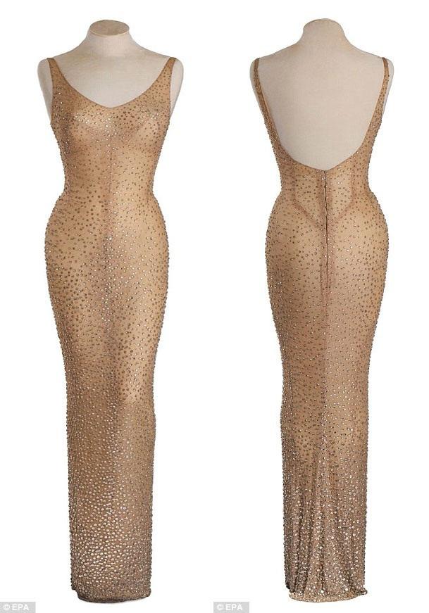 Chiếc váy đã được thiết kế riêng cho Marilyn Monroe, được khâu tay, đính hơn 2.500 hạt đá và bó sát đến mức khi Monroe đã mặc bộ đầm lên người, những đường may cuối cùng mới được thợ may ráp lại trước khi cô biểu diễn tại sự kiện mừng sinh nhật thứ 40 của Tổng thống Kennedy tổ chức vào ngày 19/5/1962.