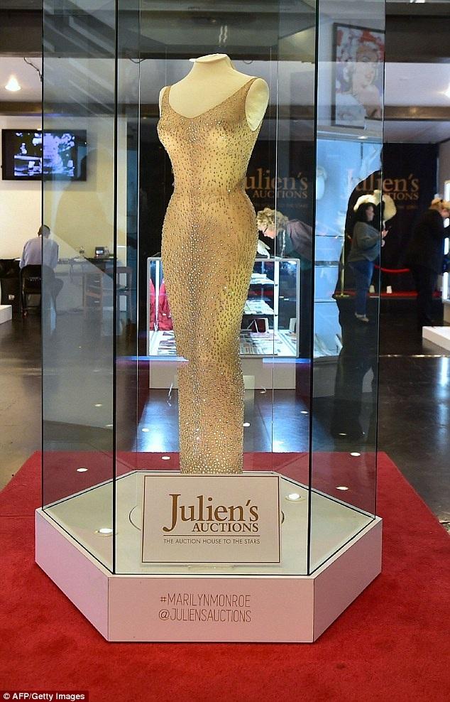 Chiếc váy này hiện giữ mức giá kỷ lục trong các bộ váy từng được đem ra đấu giá của Marilyn Monroe.