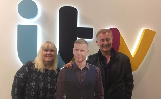 Vợ chồng cô Elaine Fairfax chụp hình bên ảnh bìa của nam ca sĩ Gary Barlow